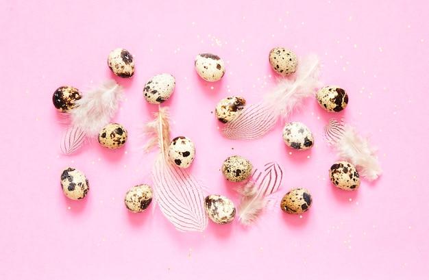 Patroon met kwartelseieren en veren op roze achtergrond. beeld
