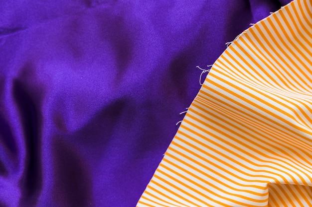 Patroon met rechte lijn op gladde blauwe doek