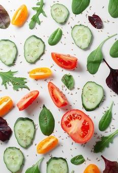 Patroon met verse groenten en kruiden op een lichte achtergrond.