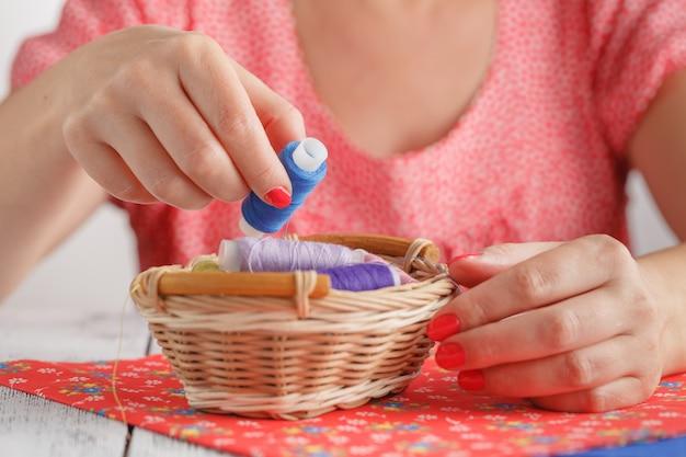 Patroon op stoffen en naaien accessoires op een tafel