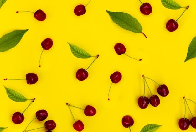 Patroon rode kersen op een gele achtergrond