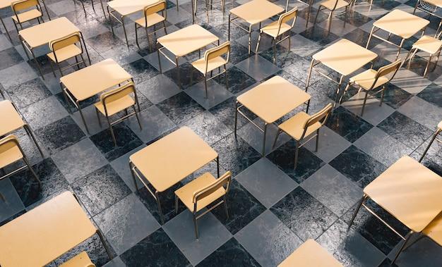Patroon van bureaus in een onderwijs klaslokaal van bovenaf gezien met raamlicht verlicht