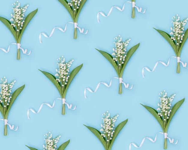 Patroon van delicate lentebloemen bloeiende witte lelie van de vallei lente bloemen conceptueel beeld.