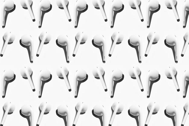 Patroon van draadloze oortelefoons geïsoleerd op een witte achtergrond.