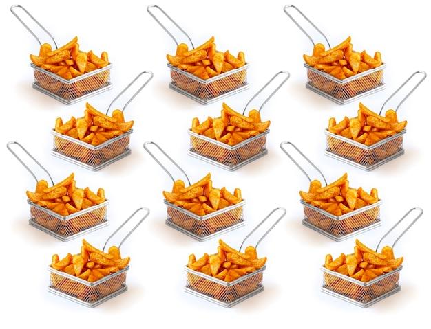 Patroon van franse aardappelen in ijzeren frietjes gebakken mand op een witte achtergrond