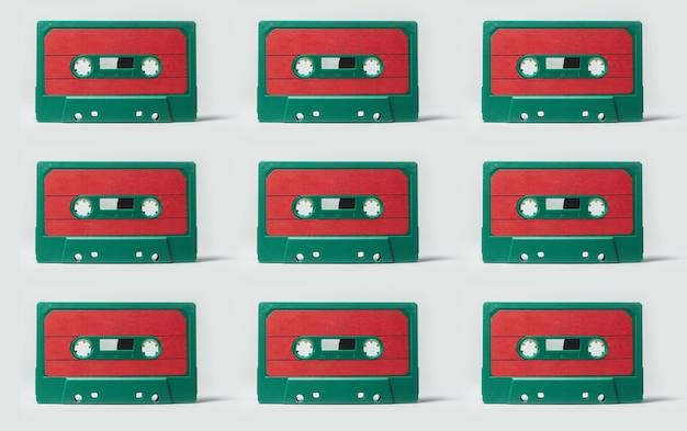 Patroon van groen-rood vintage muziekcassettes geïsoleerd op een witte achtergrond.