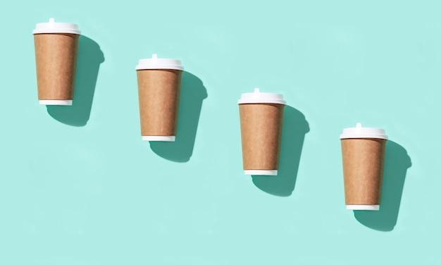 Patroon van lege vaartuigen om grote papieren beker mee te nemen voor koffie of drankjes