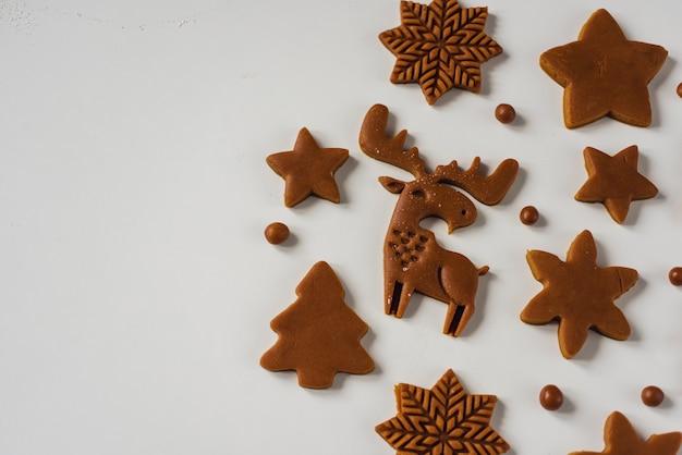 Patroon van peperkoek kerstkoekjes in de vorm van sneeuwvlokken van dierenbomen