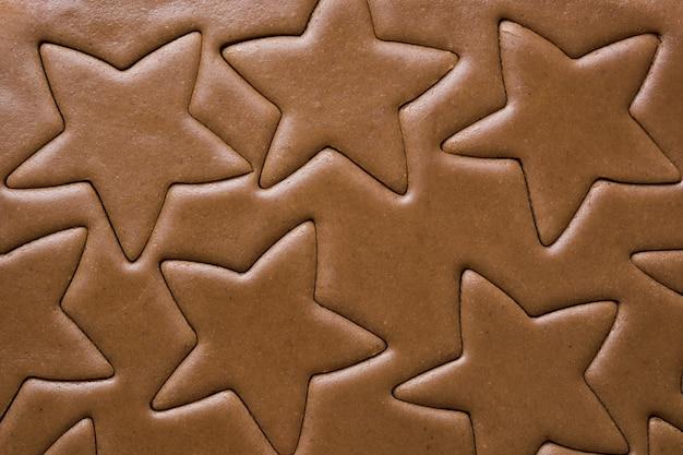 Patroon van rauw deeg voor peperkoekkoekje in vorm van ster