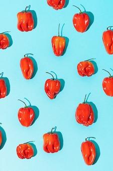 Patroon van rode chilipepers op een blauwe achtergrond mexicaans eten