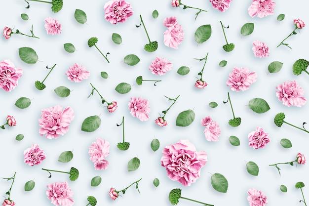 Patroon van roze en beige rozen en groene bladeren op een witte achtergrond
