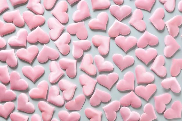 Patroon van roze romantische harten op blauwe achtergrond. valentijnsdag textuur. liefde concept.
