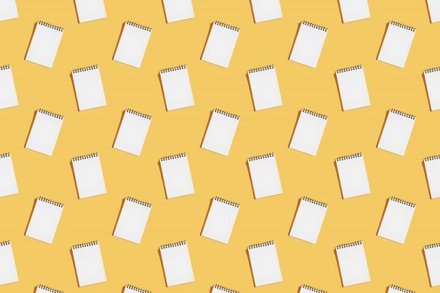 Patroon van spiraal notebooks openen op een blanco pagina.