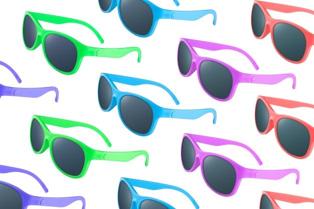 Patroon van vele zonnebrillen in verschillende kleuren op wit