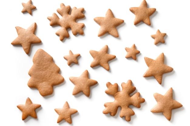 Patroon van verschillende zelfgemaakte peperkoek kerstkoekjes als sneeuwvlokken