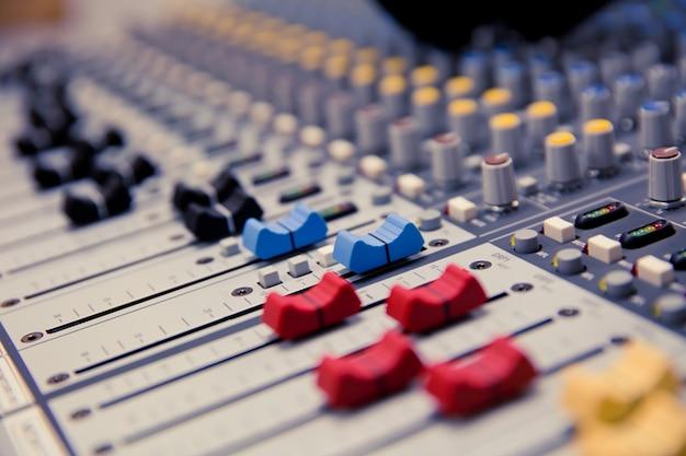 Patroon van volumeregeling op professionele geluidsmixer.