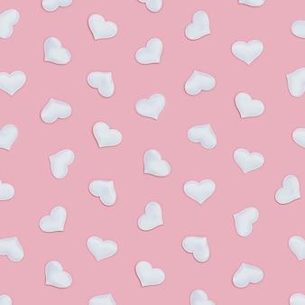Patroon van witte harten symbolen van liefde op roze