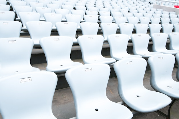 Patroon van witte stadionstoelen
