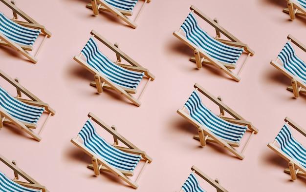 Patroon van zomerse strandstoelen op een pastelroze achtergrond met kopieerruimte, minimalisme, zomer en relaxconcept, netwerken