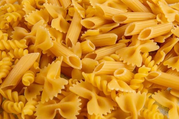 Patroon zijaanzicht rauwe pasta