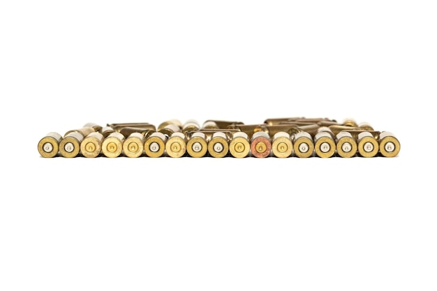 Patroonhulzen van pistoolpatronen zijn geïsoleerd op wit