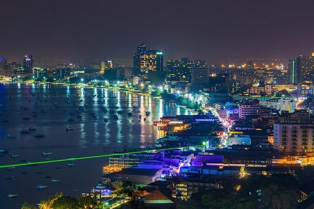 Pattaya stad en de vele boten die 's nachts aanleggen