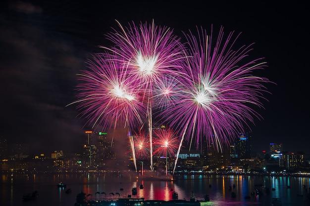 Pattaya, thailand - nov 30 2019: kleurrijke vuurwerkhaven en internationaal vuurwerk op pattaya international fireworks festival