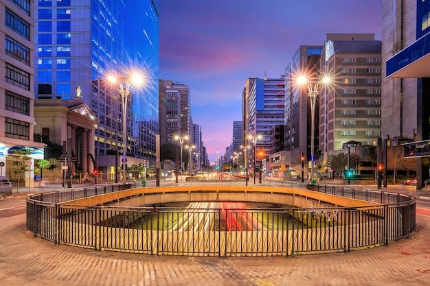 Paulista avenue in de schemering in sao paulo, brazilië