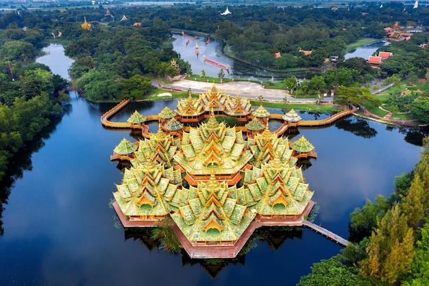Paviljoen van de verlichte, oude stad in de provincie samut prakan, thailand