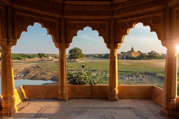 Pavillion bij het meer van amar sagar, jaisalmer, rajasthan, india