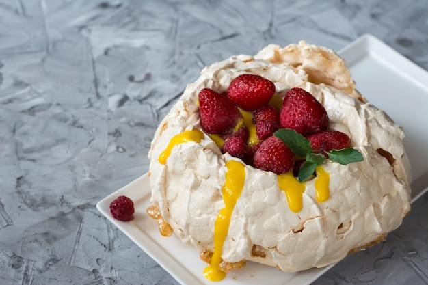 Pavlova-cake met aardbei en citrusvruchtencake