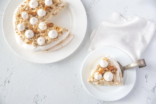 Pavlova cake met karamel en amandelen