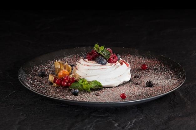 Pavlova is een dessert op basis van meringue, genoemd naar de russische ballerina anna pavlova. kopieer ruimte.