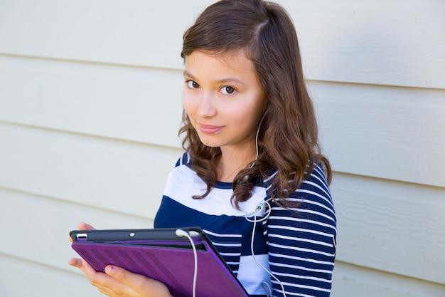 Pc van de de holdingstablet van het tienermeisje en earings