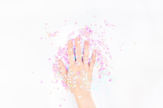 Pearl pastel confetti schittert met de hand van de vrouw