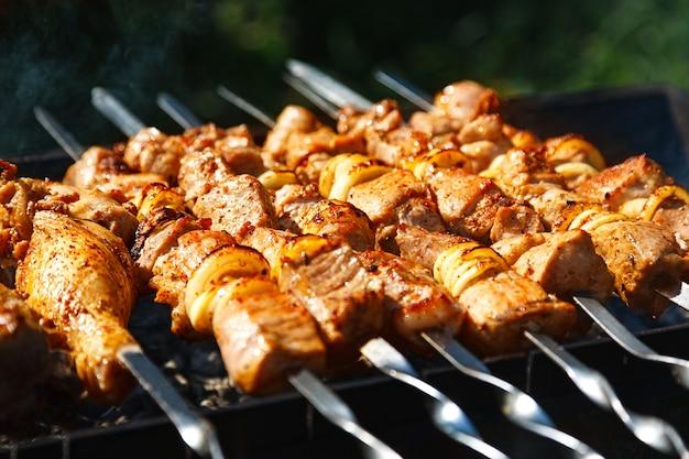 Pease van gemarineerd vlees op een grill