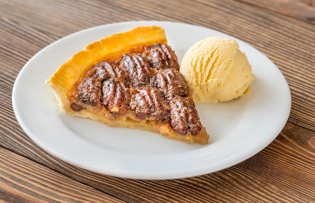 Pecantaart - traditioneel zuidelijk amerikaans dessert op houten tafel