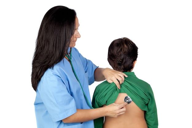 Pediatervrouw die die een controle voor kind maken op wit wordt geïsoleerd