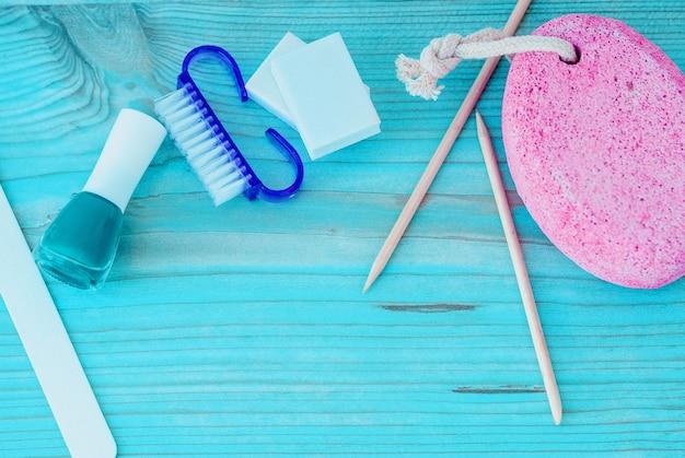 Pedicure-accessoires met nagellak op hout