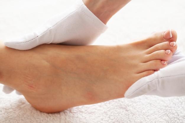 Pedicure dag. pedicurespecialist werkt met de patiënt in spa-salon