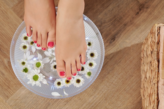 Pedicured voeten van jonge vrouw