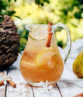 Peer limonade met ijs en kaneel