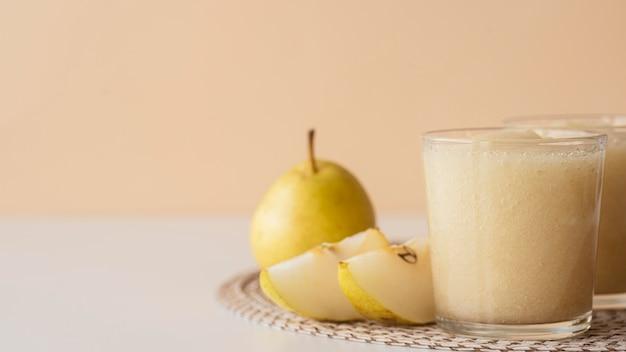 Peer-smoothie in glazen arrangement