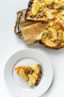 Peer, tijm en walnotenpizza met honing