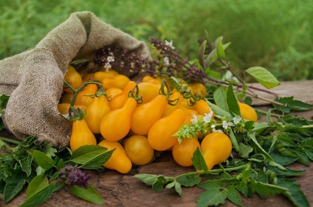 Peervormige gele tomaat op een houten tafel