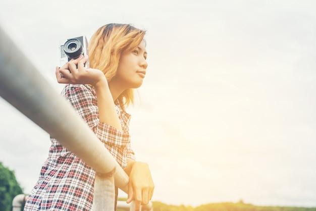 Peinzend meisje met haar camera in haar rechterhand