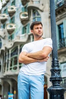 Peinzende jonge man op straat in de stad
