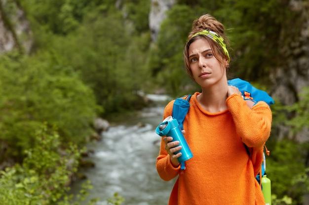 Peinzende ontevreden jonge vrouwelijke reizen voelen zich moe na het overwinnen van een lange afstand
