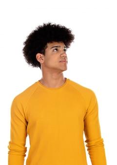 Peinzende tienerjongen met gele t-shirt