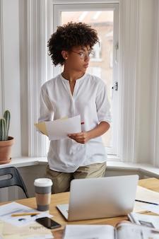Peinzende vrouw architect thuis werken